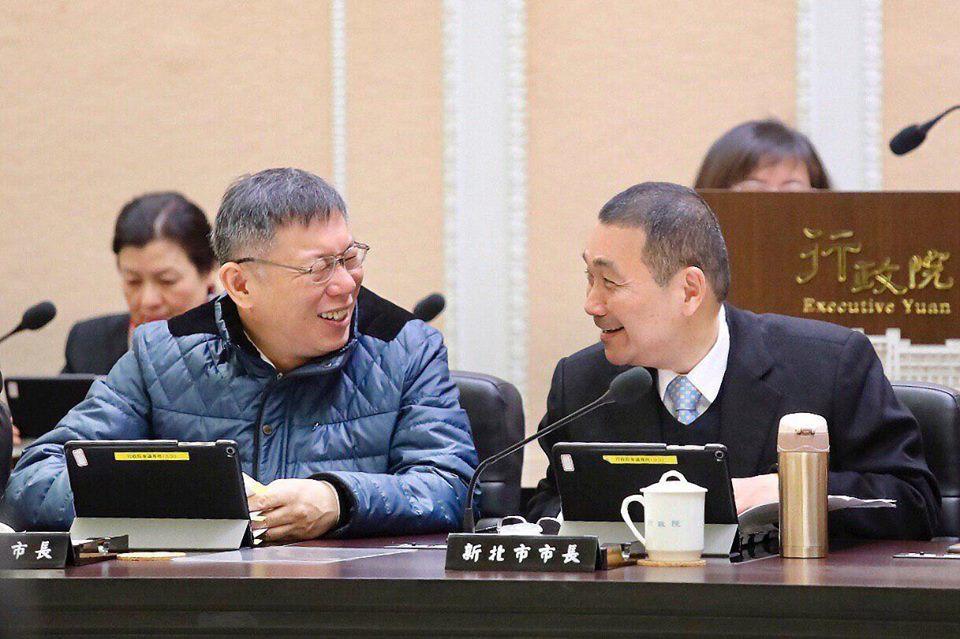 新北市長侯友宜(右起)今上午再度前往行政院會,與台北市長柯文哲比鄰而坐,且兩人面...