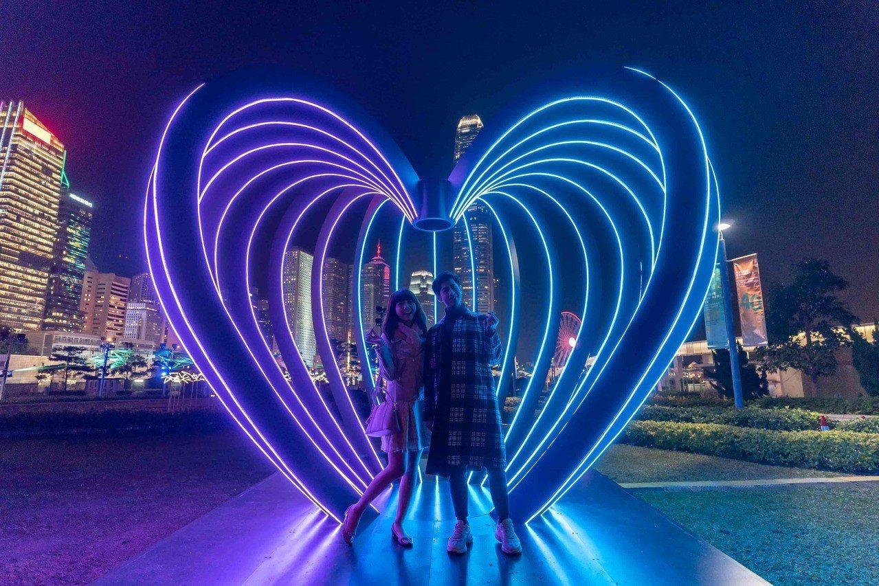 「閃耀維港燈影節」為配合即將到來的西洋情人節,新增「愛與浪漫」之主題展品。圖/港...