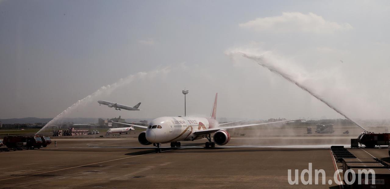 吉祥航空公司全新波音787-9夢幻客機,24日從上海浦東首航桃園機場,降落後桃園...