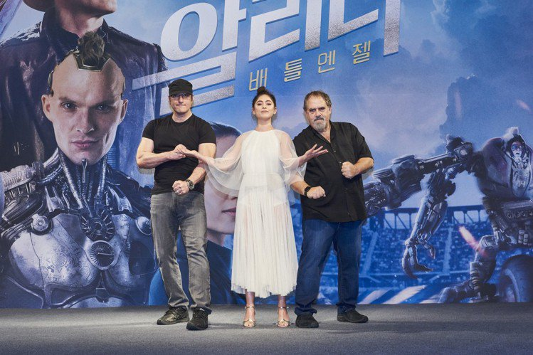 「艾莉塔:戰鬥天使」今日在南韓首爾舉辦亞洲首場記者會,女主角羅莎薩拉查、導演勞勃羅里葛茲以及製片強藍道現身宣傳,先前曾有不少網友認為女主角在片中的大眼睛外型太過詭異,導演勞勃羅里葛茲對此則回應:「我...