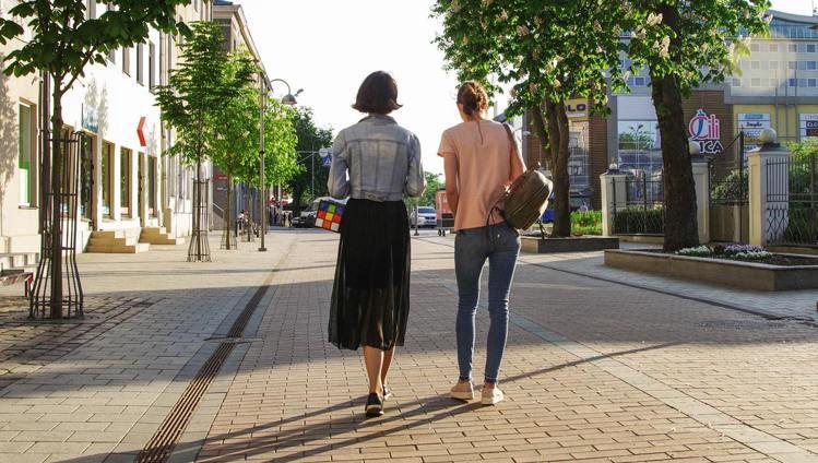 走路越快的人,代表越不快樂。圖/摘自pelexs