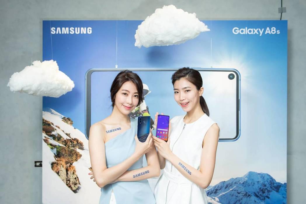 Samsung Galaxy A8s搭載全球首款的O極限全螢幕及後置三鏡頭。 圖...