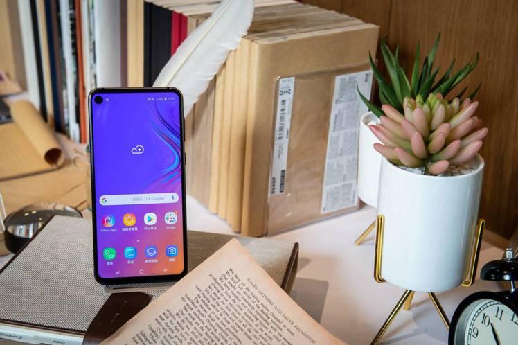 Samsung Galaxy A8s搭載全球首款的O極限全螢幕,完全無瀏海、屏占...