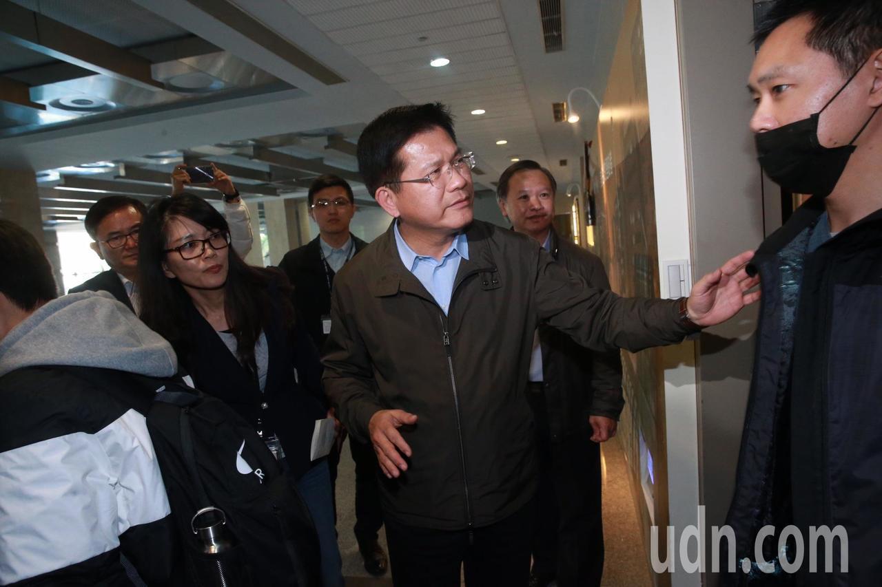 交通部長林佳龍,下午與普悠瑪罹難者家屬懇談會,討論賠償問題,在入口處一一向家屬致...