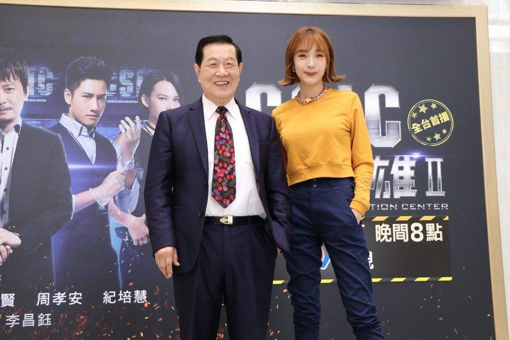 李昌鈺(左)和蔡淑臻為「鑑識英雄II正義之戰」宣傳。圖/中視提供