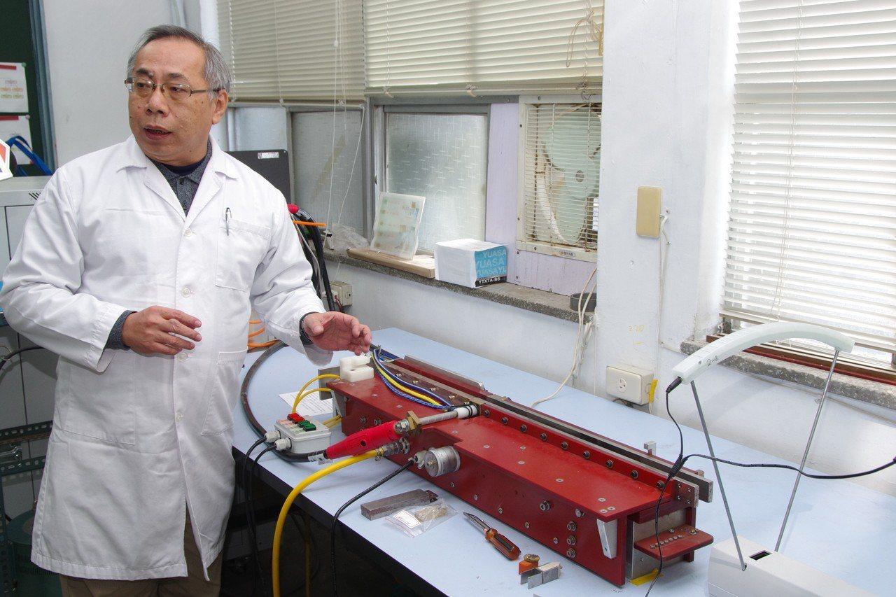 國防大學理工學院動力系研究員許曆山講解電磁彈射系統。記者程嘉文/攝影