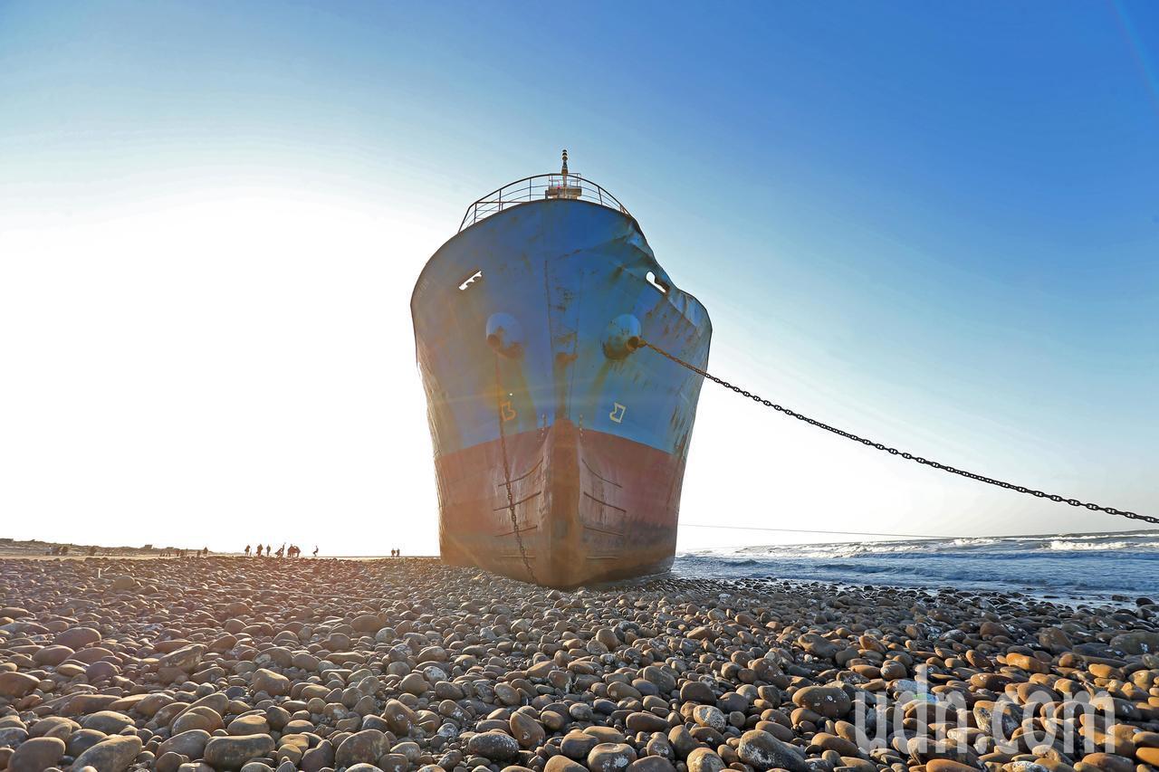 宏都拉斯籍貨輪「振豐號」擱淺在桃園「後厝港」海岸,船身上紅藍相間的色彩與鏽蝕斑駁...