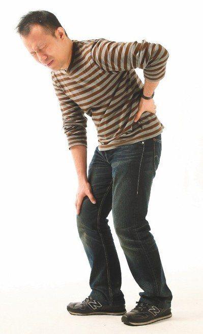 僵直性脊椎炎好發於20到40歲青壯男性,初期的下背痛往往被誤以為跟做粗活或當兵訓...