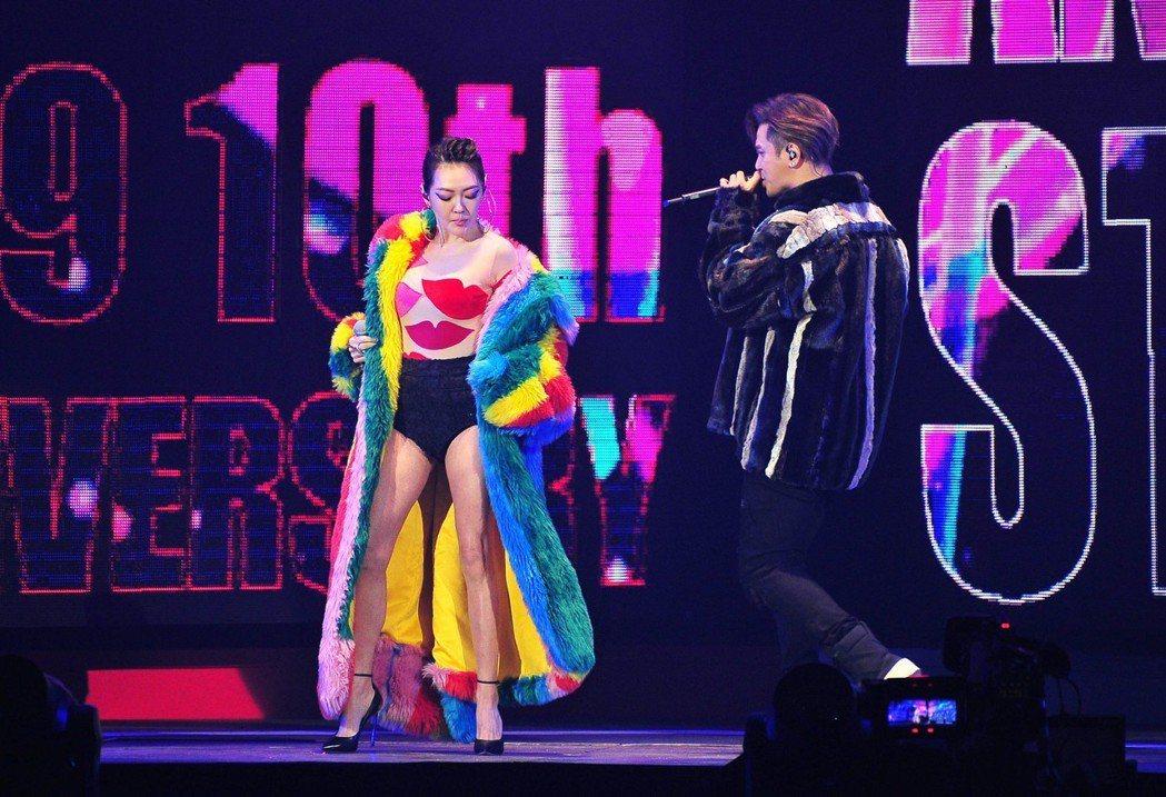 小S(左)和羅志祥合唱。圖/台視提供