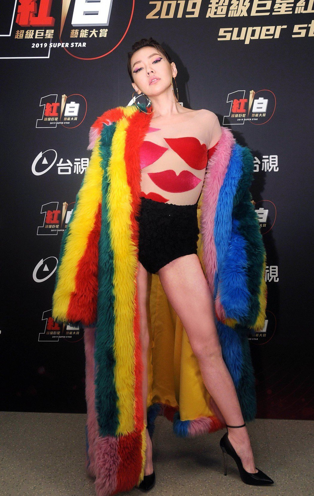 小S身穿薄紗透視裝外罩彩色毛大衣,打扮前衛性感。圖/台視提供