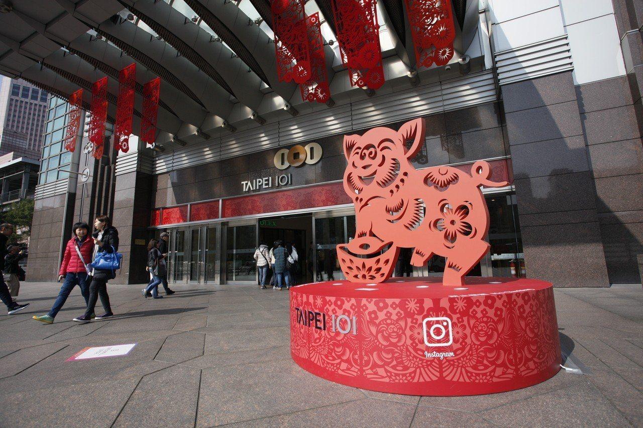 台北101購物中心在館內打造超過百隻吉祥豬及新春好運許願牆等裝置藝術。圖/台北1...