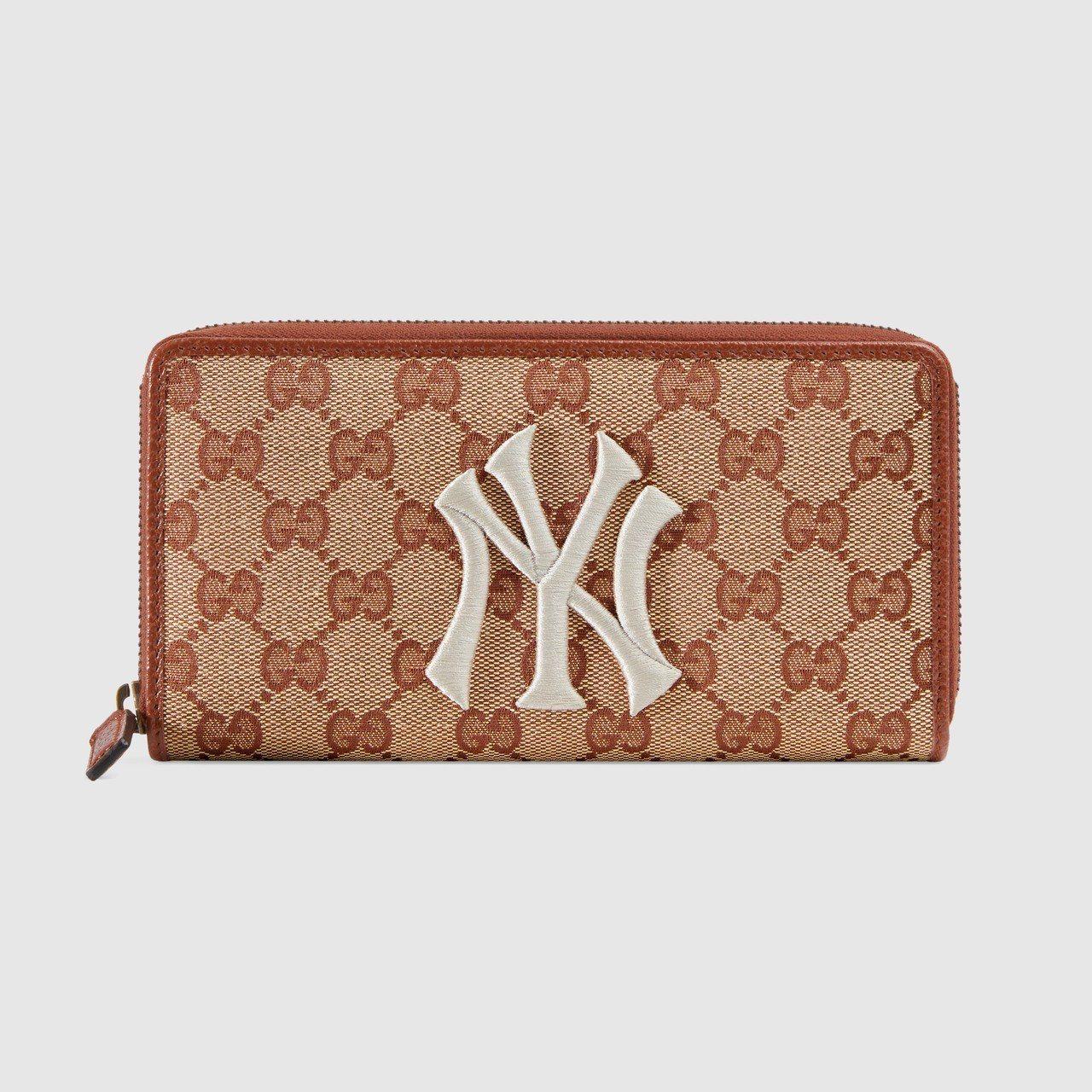 NY Yankees™紐約洋基隊貼飾長夾,24,700元。圖/Gucci提供