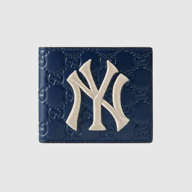 NY Yankees™紐約洋基隊貼飾藍色皮革短夾,17,400元。圖/Gucci...