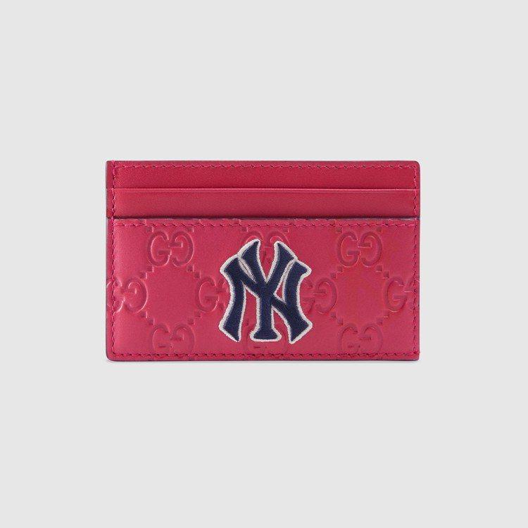 NY Yankees™紐約洋基隊貼飾桃粉色皮革名片夾,10,200元。圖/Guc...