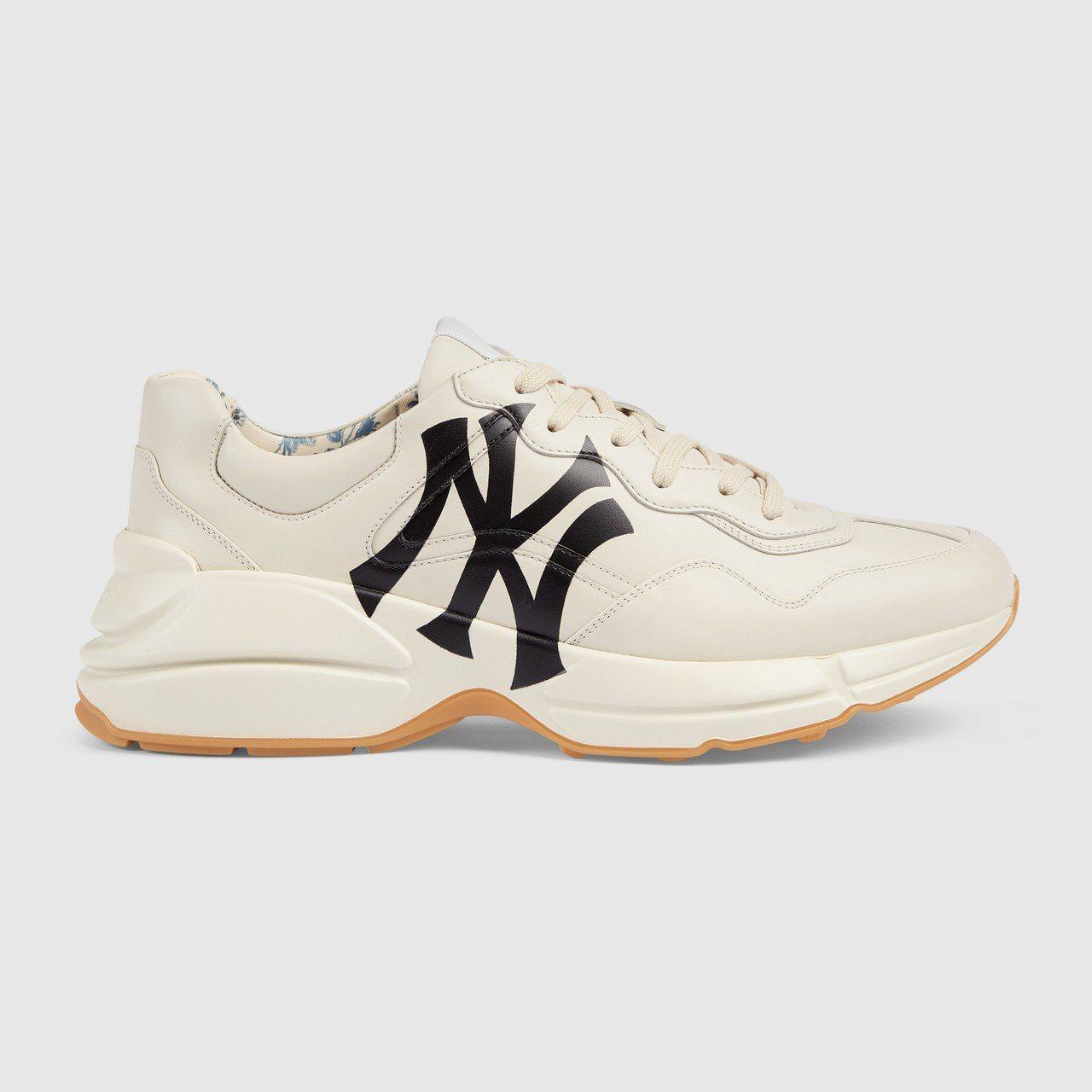 NY Yankees™紐約洋基隊貼飾Rhyton球鞋,34,300元。圖/Guc...