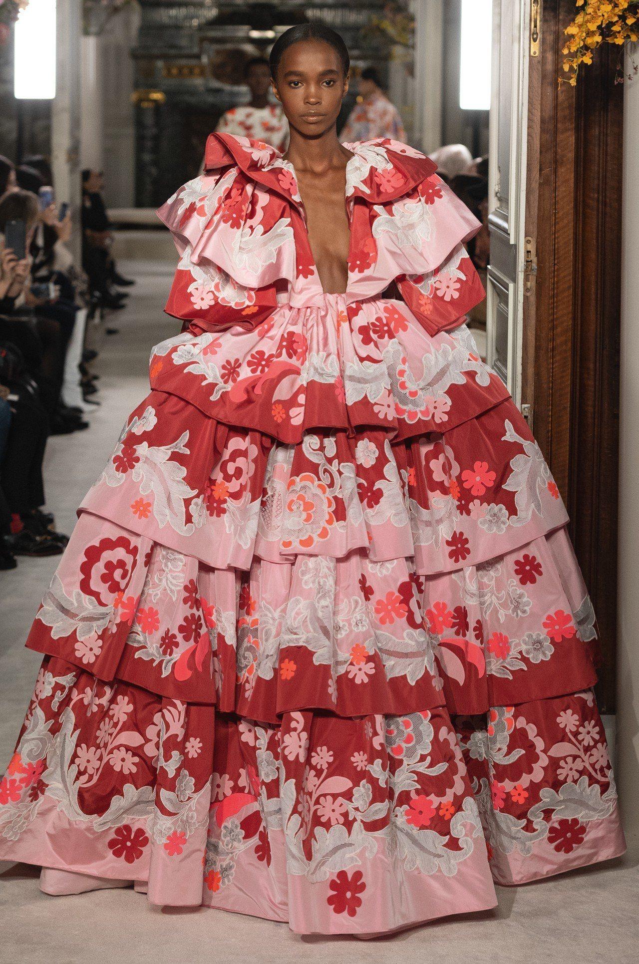 Valentino高級訂製服的輪廓與份量感都如盛開的花朵。圖/Valentino...