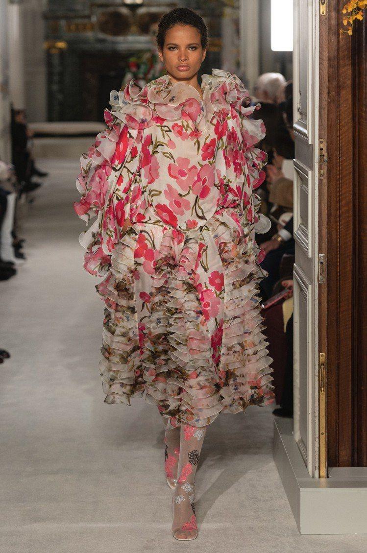 2019春夏Valentino高級訂製服以花為主題,不但設計如花,也為此研發印花...