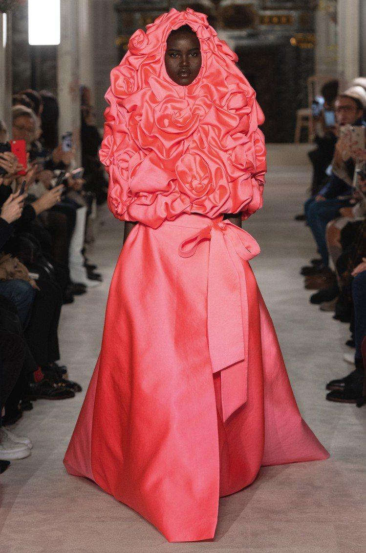 以花為主題的2019春夏Valentino高級訂製服,每一套衣服都有「花名」,例...