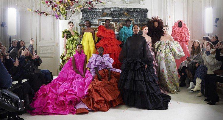 巴黎高訂周1月23日晚間由Valentino壓軸,以花為主題的設計美哭看秀嘉賓。...