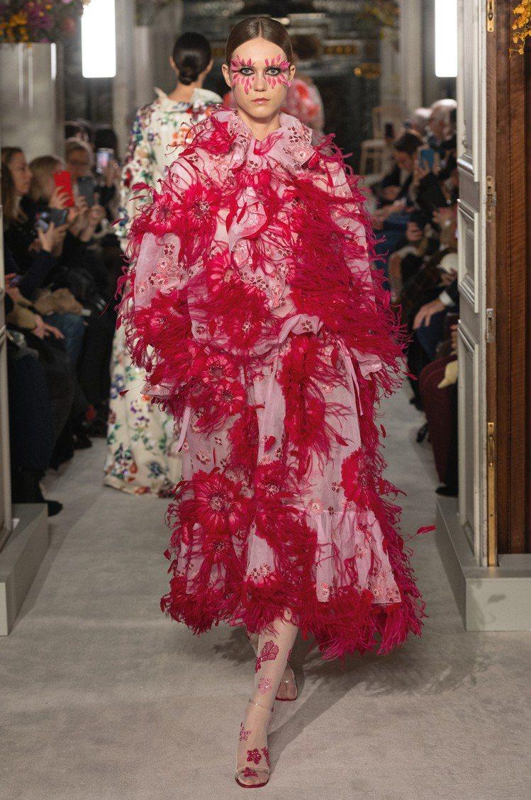 Valentino的禮服用上羽飾等豐富精緻的細節,展現精湛的高級訂製服工藝。圖/...