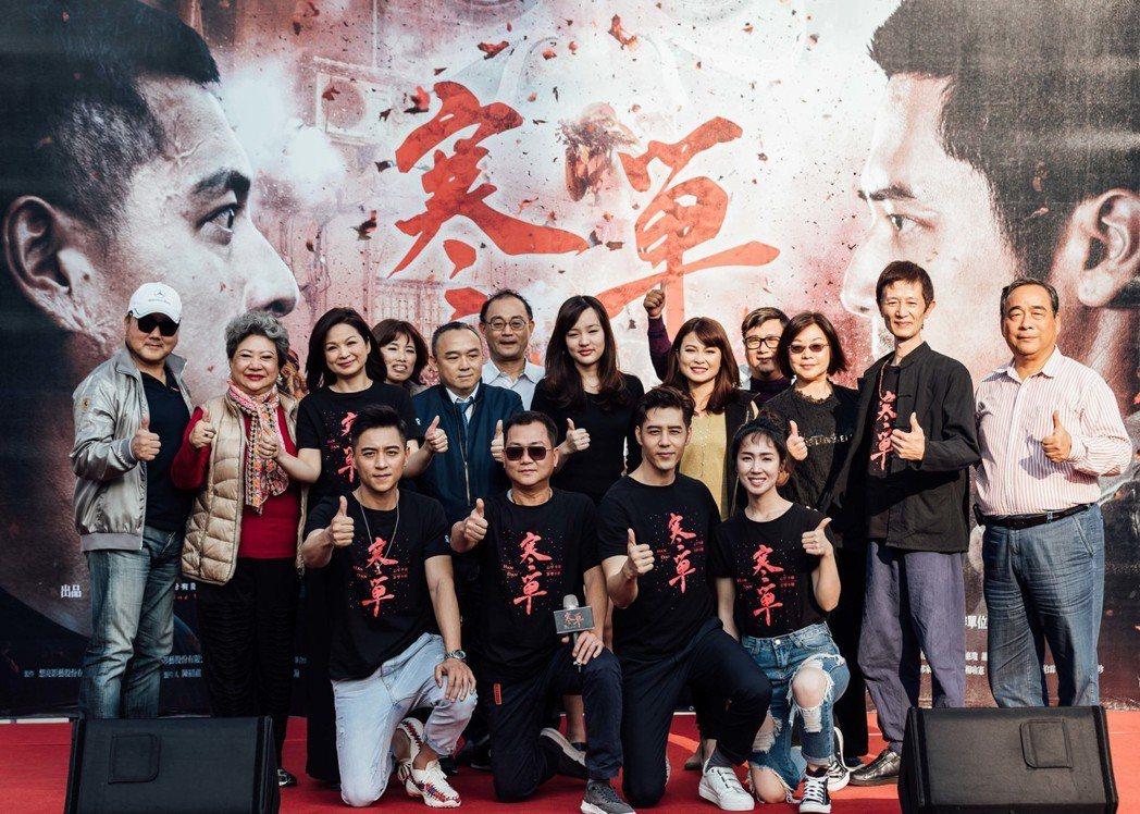 「寒單」在高雄三鳳宮的宣傳活動,「鳥來嬤」吳敏(中排左二)、韓冰(中排中)都來力