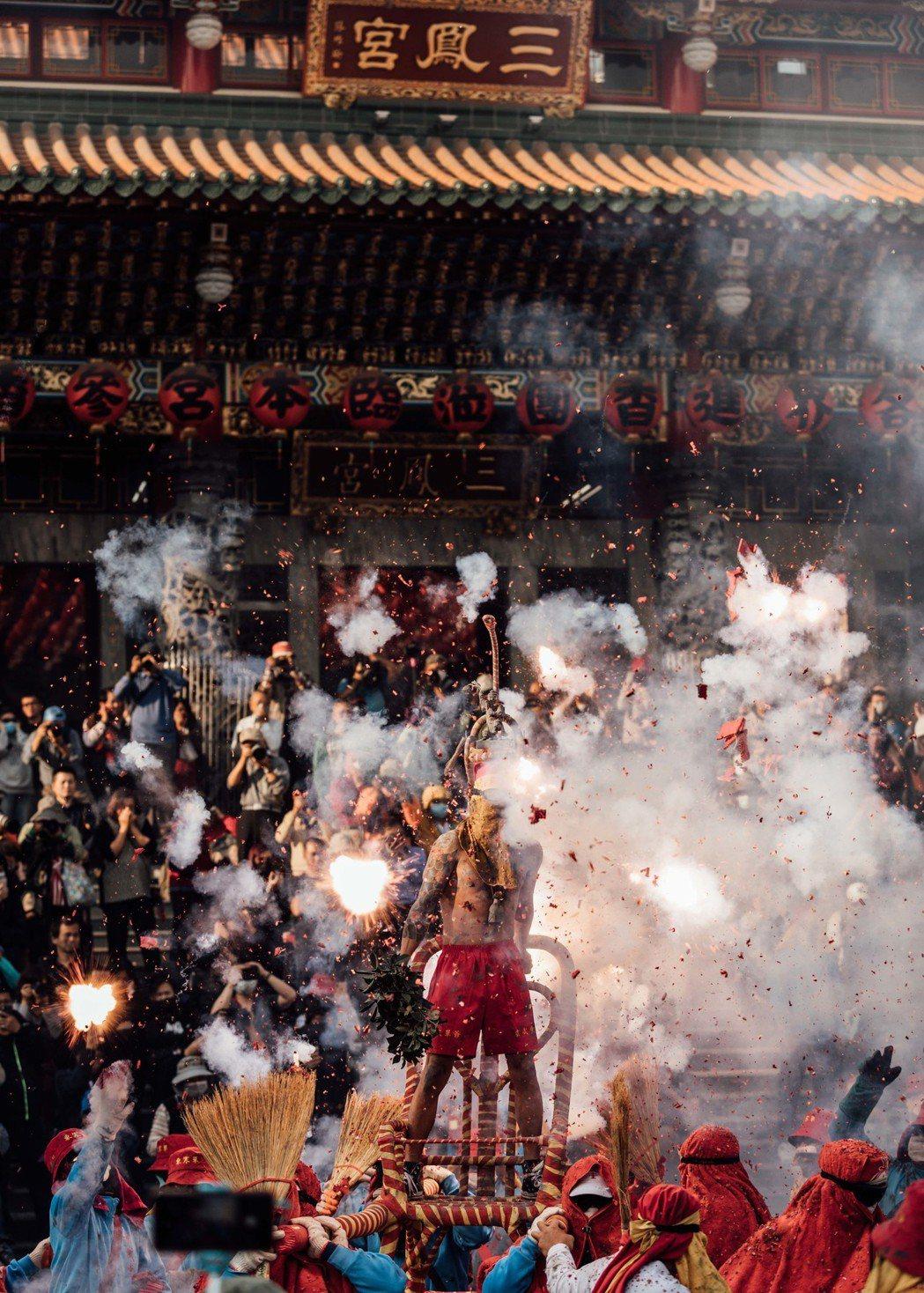 「寒單」在高雄三鳳宮前舉行炮炸寒單的儀式。圖/想亮影藝提供