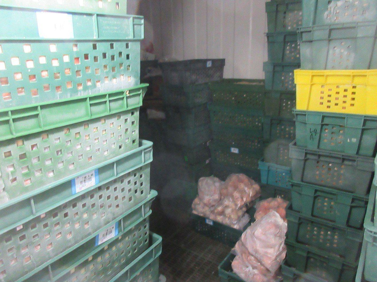 連鎖炸雞排店「後埔戰鬥雞」昨被爆使用逾期生鮮原料製作雞肉共8項,續查發現土城製造...