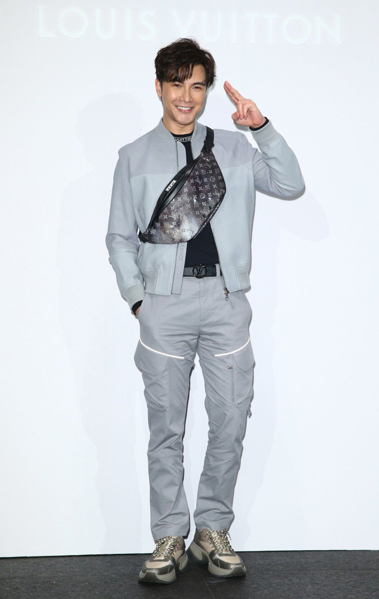 謝佳見選穿小羊皮飛行外套18萬2千元、印花logo衣領長袖25,700元、長褲6...