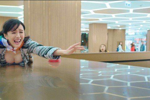 元宵爆笑鉅獻「恭喜八婆」由香港導演彭浩翔執導,集合香港八大女星。眾女星們在電影中扮「八婆」,彭浩翔一手捧紅的性感女星陳靜為了恩師再度在大銀幕上賣弄性感,大秀33E傲人好身材,另外以「春嬌志明」系列走...
