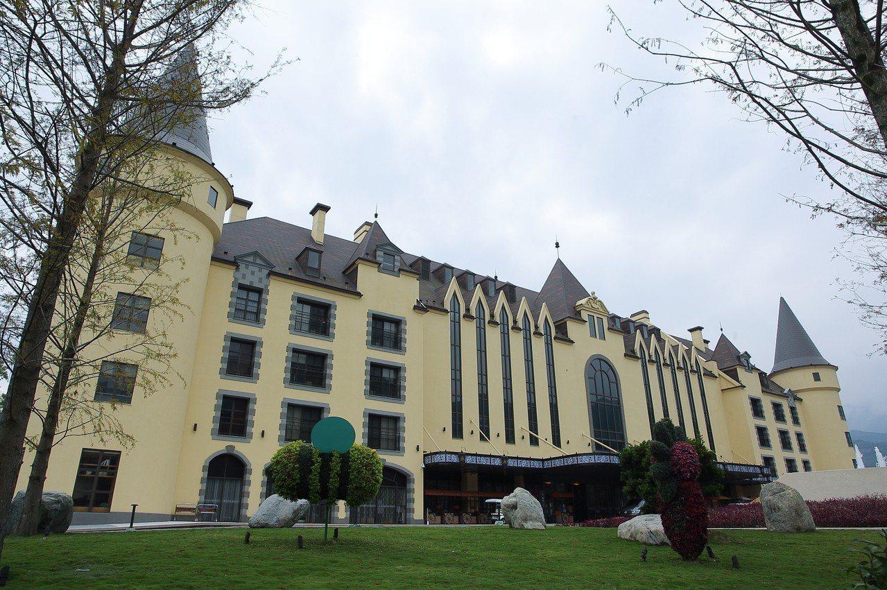 古堡造型的瑞穗春天國際觀光酒店,被譽為「花蓮迪士尼」。記者陳睿中/攝影
