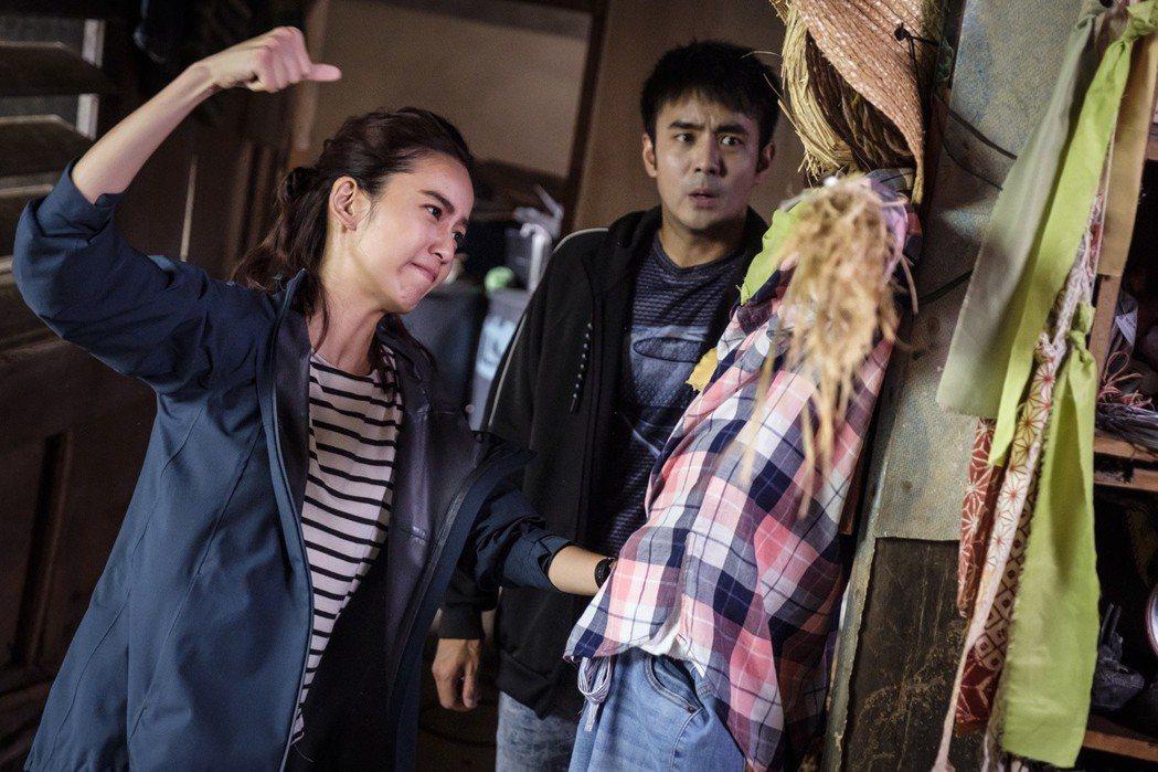陳庭妮(左)捶稻草人手受傷。圖/歐銻銻娛樂提供