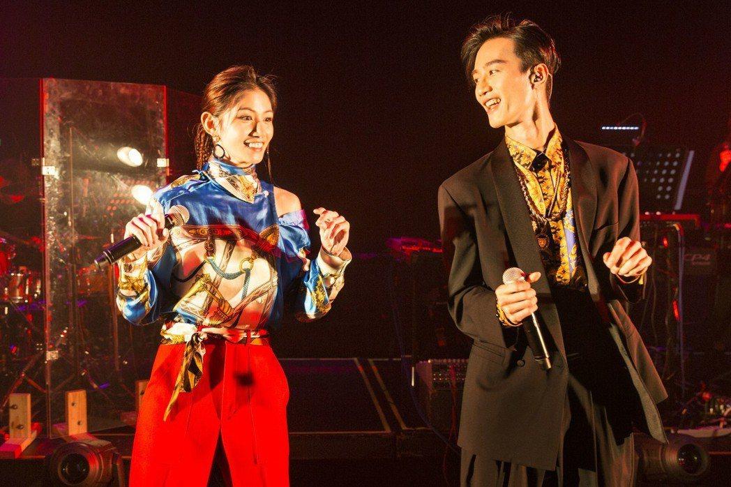 李千那(左)邀來李英宏合唱。圖/樂是達提供