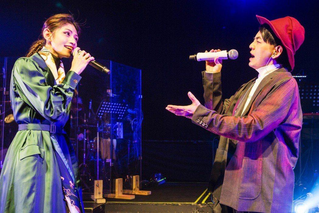 黃子佼(右)在安可時驚喜露面,與李千那對唱。圖/樂是達提供