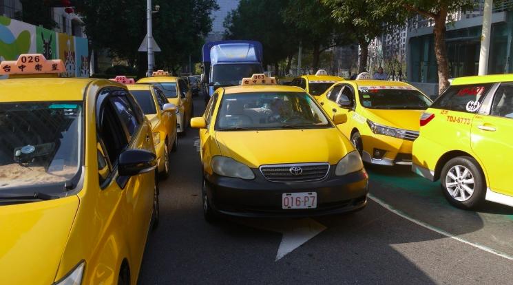 台中市去年9月開放「擴充」敬老愛心卡功能,可看病、搭乘計程車後,但迄今只有單一車...