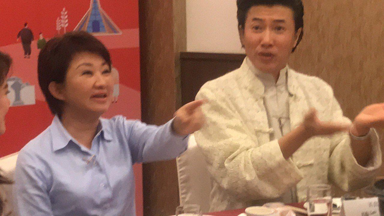 台中市長盧秀燕(左)推銷台中吃喝玩樂,與美食節目主持人陳鴻說學逗唱樣樣來。記者陳...
