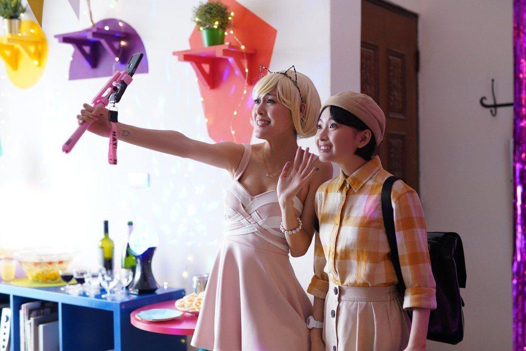 李婕(左)飾演性感主播,詹宛儒則是學霸。圖/瀚草影視提供