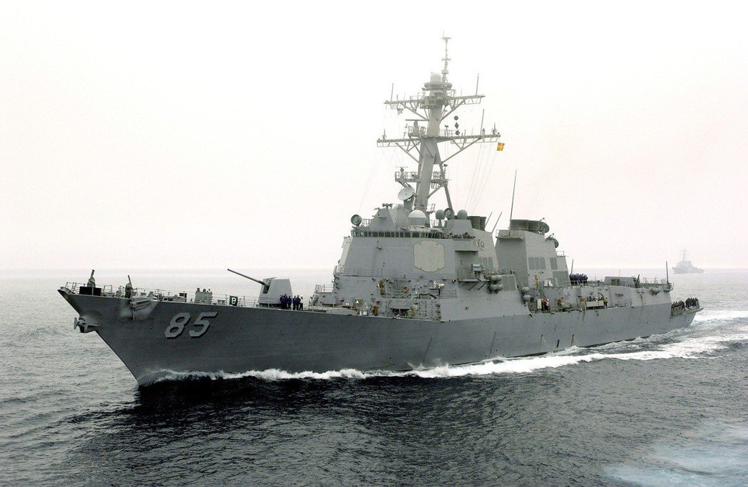 通過台海的麥克坎貝爾號,屬於勃克級飛彈驅逐艦,配有神盾戰鬥系統。圖/美國海軍檔案...