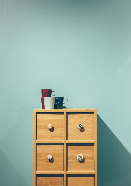 過多的裝飾,反而讓家裡看起來更髒亂。圖/摘自Pelexs