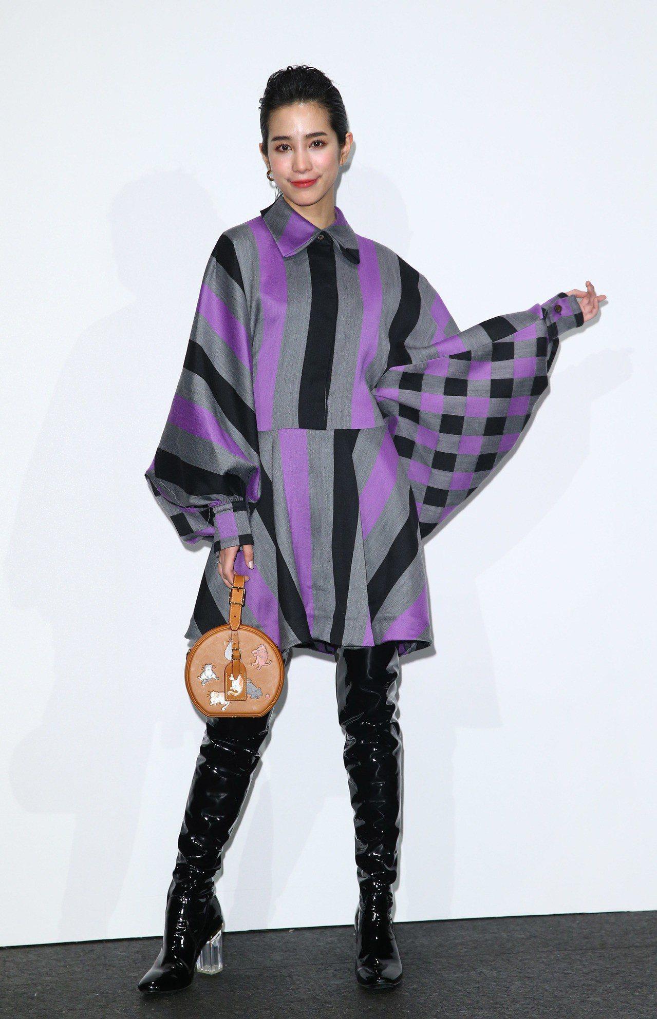 溫貞菱身穿條紋洋裝10萬7,000元,選用Grace Coddington聯名系...