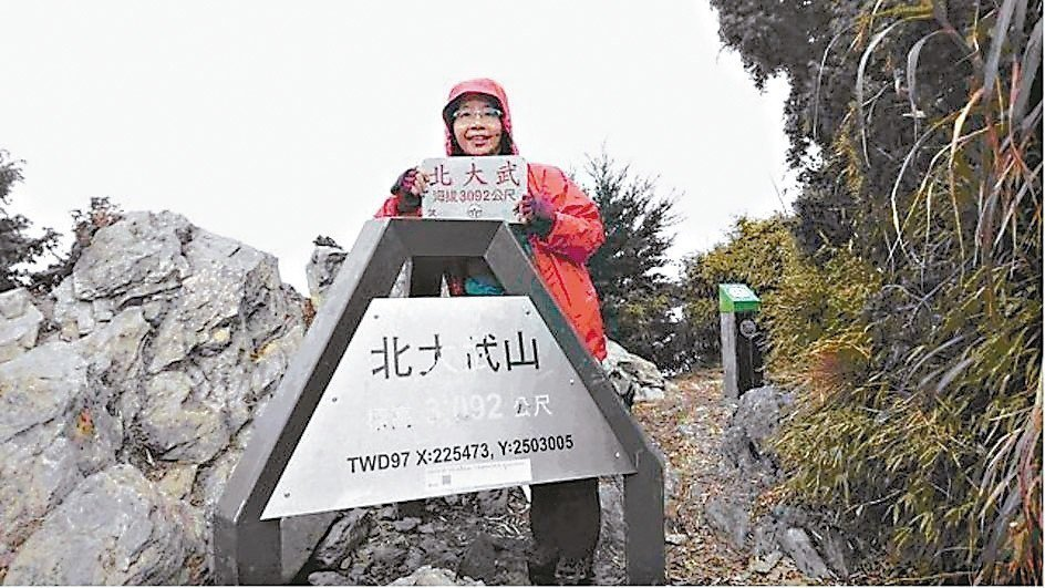 年過四十開始攀登百岳,走在山林裡,被大自然的美麗風光吸引,從此愛上台灣的高山,幾...