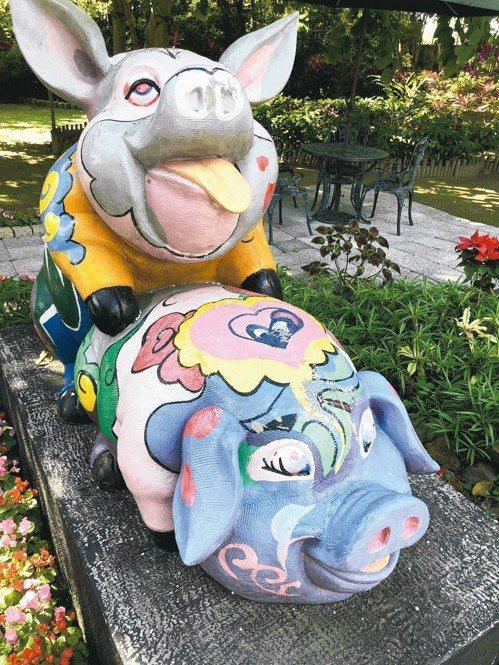 南投縣豬樂園的雕塑豬,造型可愛。 記者江良誠/攝影