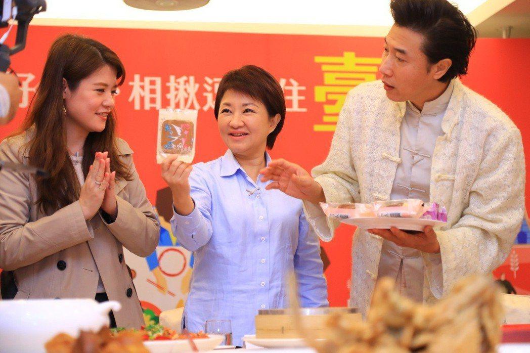 台中市長盧秀燕(中)在臉書直播介紹台中招牌名菜,但有網友留言始終在談空氣品質。 ...