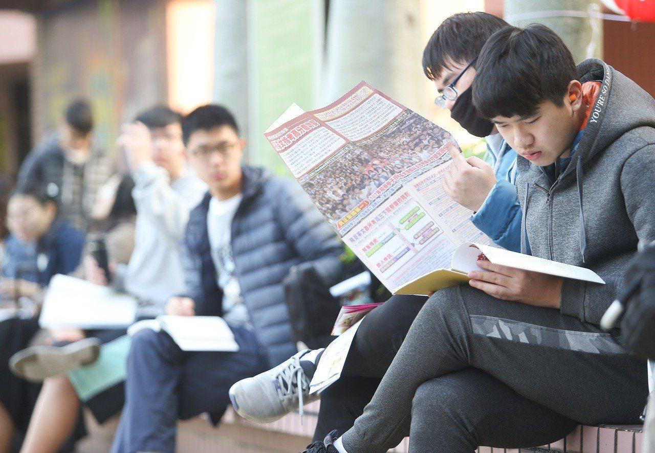 大學學測上午登場,上午第一節進行英文測驗,考生在考前複習,期望得到好成績。記者余...