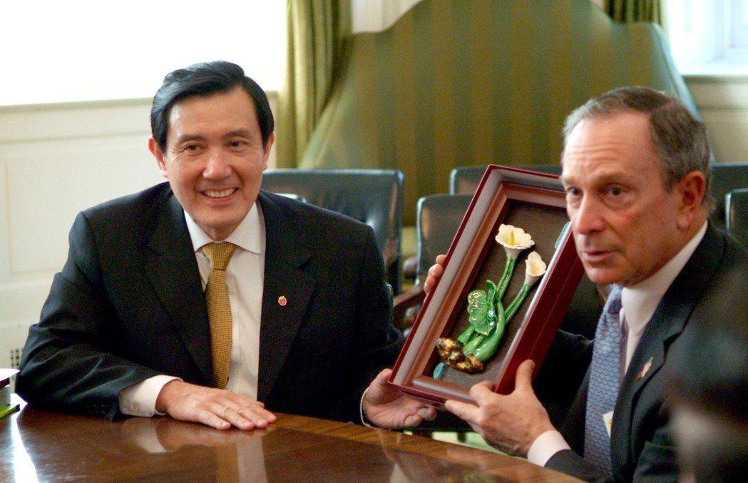 2006年3月20日,時任台北長馬英九(左)拜會紐約市長彭博(右),致贈一只海芋...
