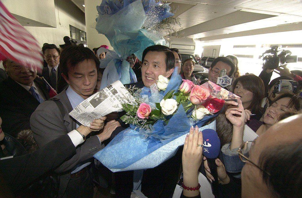 2006年3月,時任台北市長馬英九在洛杉磯機場內被歡迎人潮獻上的鮮花包圍。圖╱聯...