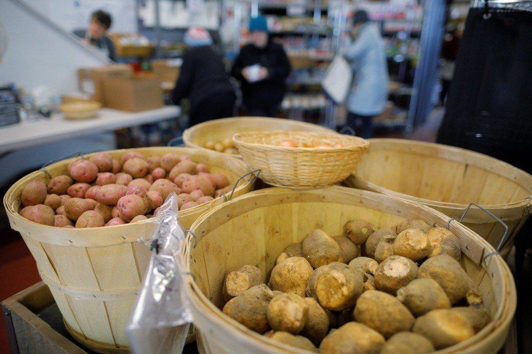 美國部分店家開始提供免費食物給那些強制休假,或領不到薪水的聯邦員工們。 (路透)