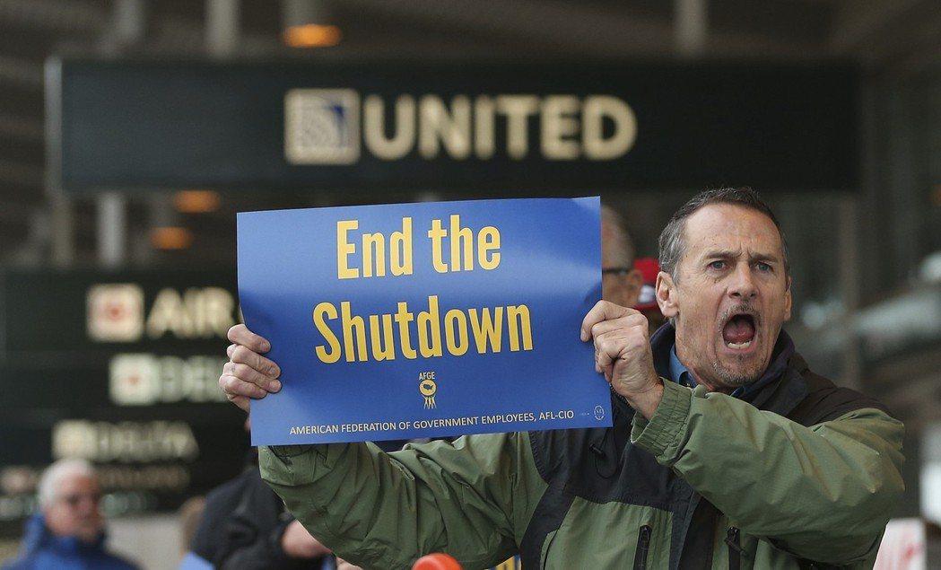 憤怒的美國聯邦雇員在沙加緬度國際機場示威抗議,要求川普重啟政府。 (美聯社)