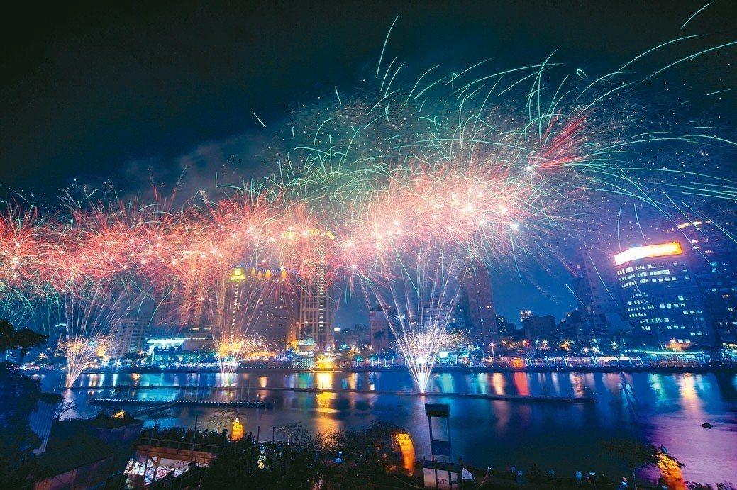 高雄愛河畔的燈會搭配煙花,是吸引國內外觀光客的重要活動。 高市府/提供