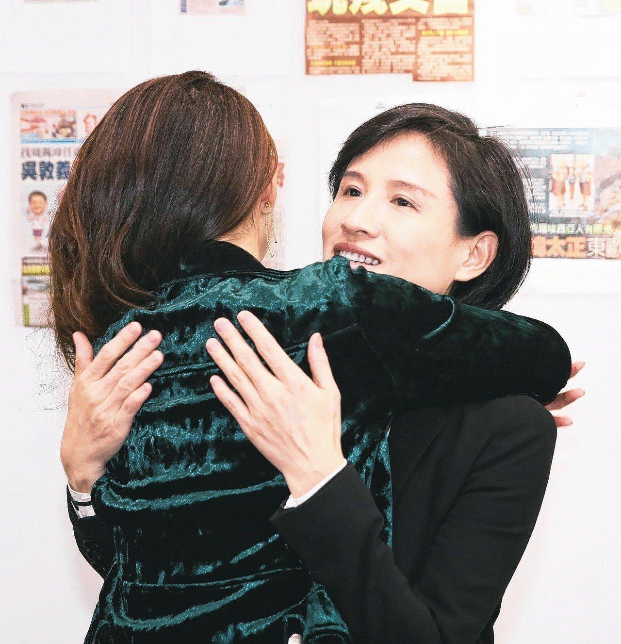 文化部長鄭麗君(右)接受電台專訪,pop radio台長林書煒(左)上前給她擁抱...