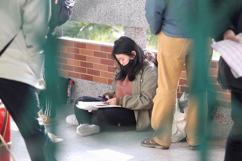 大學學科能力測驗25日登場,第一天考英文、國文、社會,考生席地而坐溫書,備戰學測。中央社